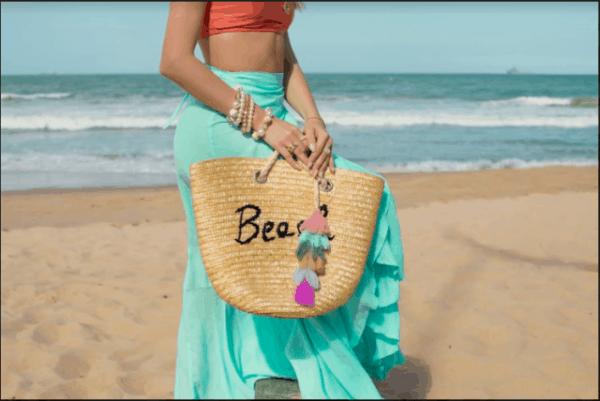 Look de praia com bolsa de palha