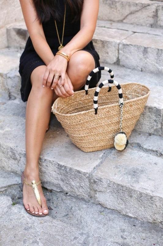 Modelo de bolsa de palha com alca preta ebranca
