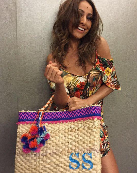 Sabrina Sato com bolsa de palha com pompom