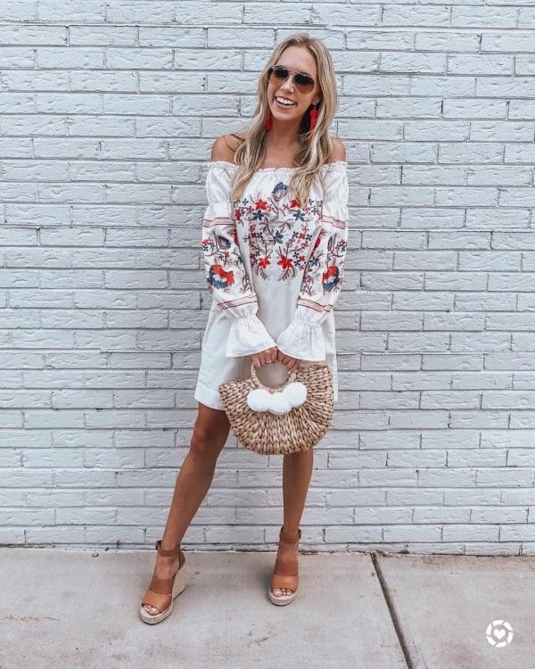 Vestido ciganinha com bolsa de palha pequena com pompom branco