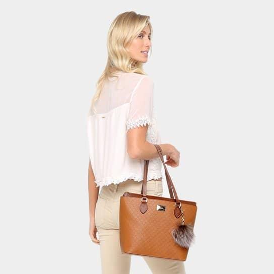 Visual clean com bolsa de couro com pompom