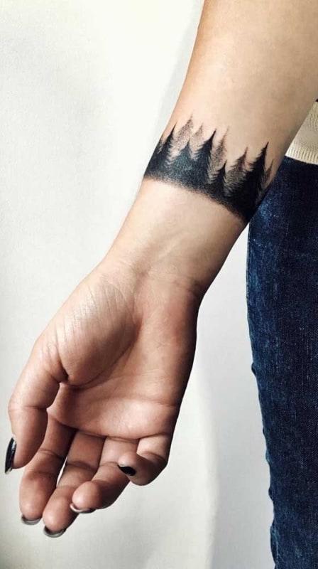 tatuagem bracelete feminina com pinheiros