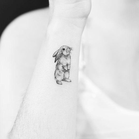 tatuagem delicada de coelho