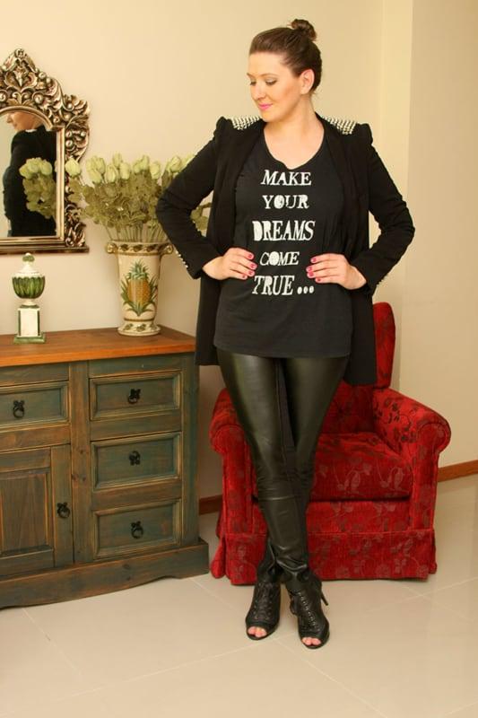 look all black com calca montaria de couro