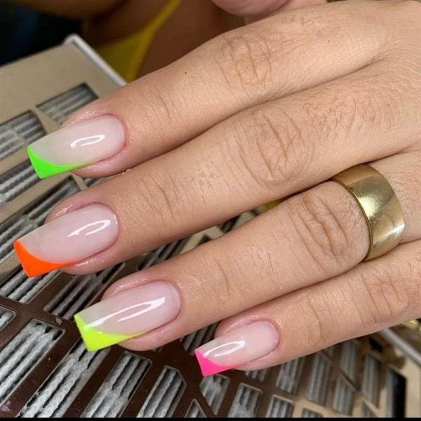 francesinha diagonal com esmalte neon