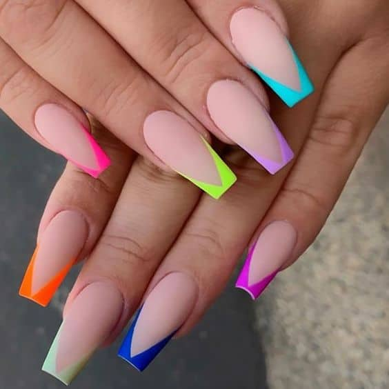 unhas decoradas com francesinha em V com cores neon