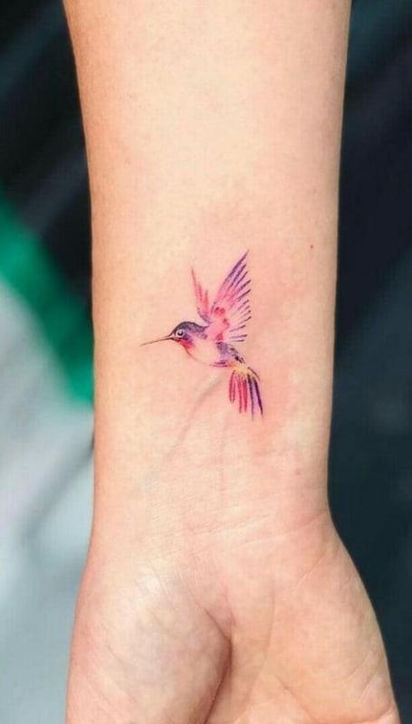 tatuagem colorida de beija flor