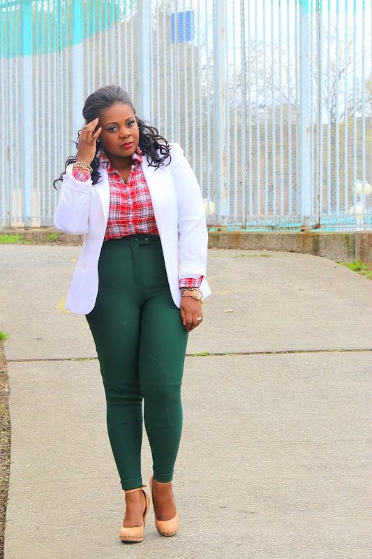 look plus size com calca montaria verde e blazer