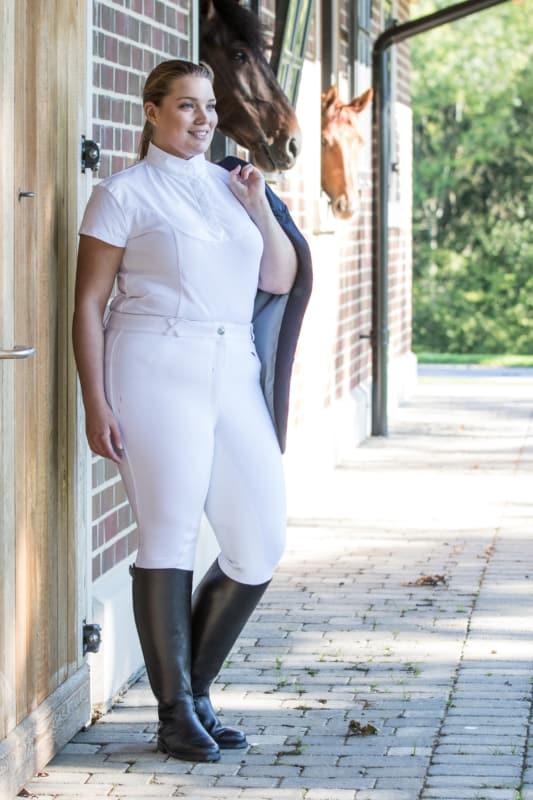 look plus size com calca montaria branca