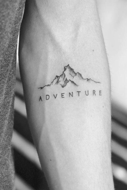tatuagem pequena de montanhas no braco
