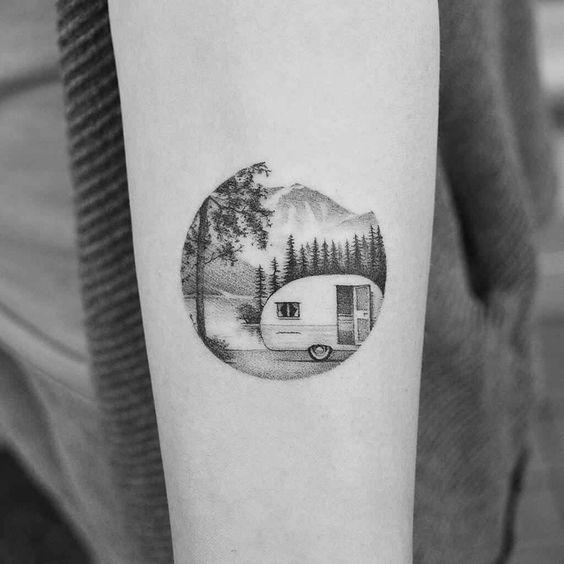 tatuagem redonda de natureza com montanhas