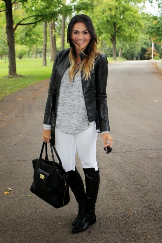 look de inverno com calca montaria branca e jaqueta de couro preta
