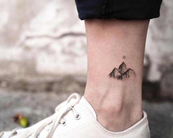 tatuagem delicada de natureza no tornozelo