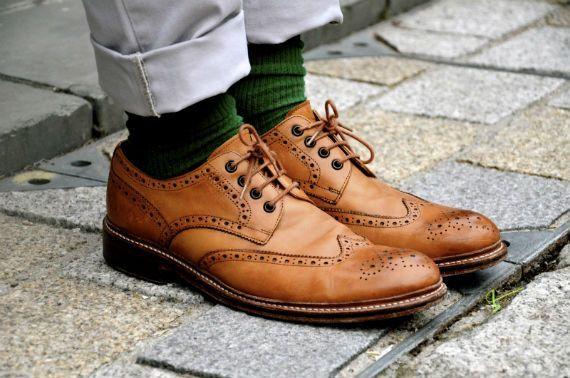 Os sapatos em cor marrom fazem sucesso entre os rapazes