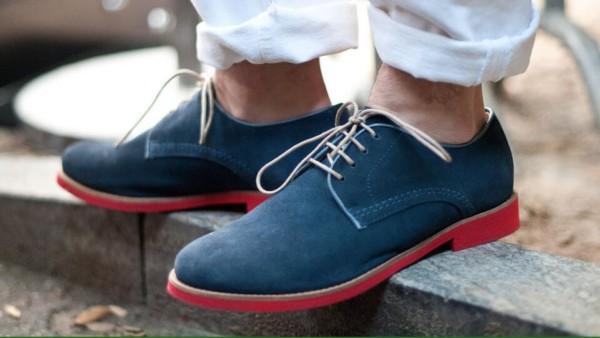 Sapato classico azul e vermelho