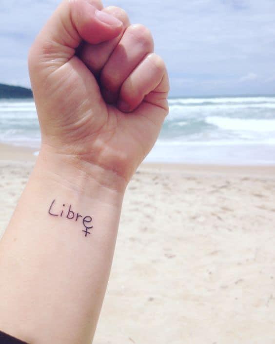 tatuagem feminista no braco