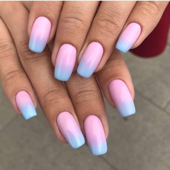 unhas coloridas em degrade rosa e azul