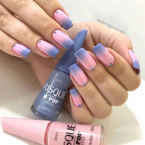 unhas coloridas em degrade rosa e lilas