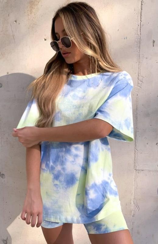look com conjunto tie dye de camiseta e bermuda