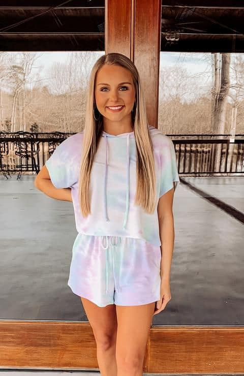 look tie dye com short e blusa