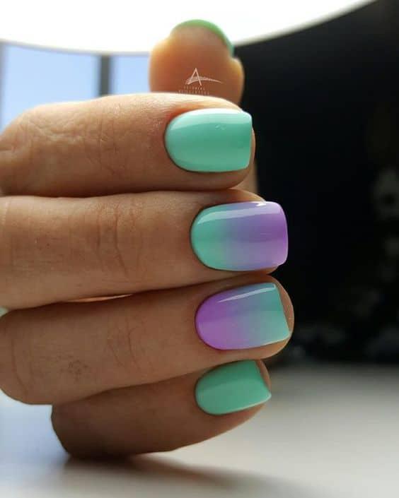 unhas degrade colorido em verde e lilas