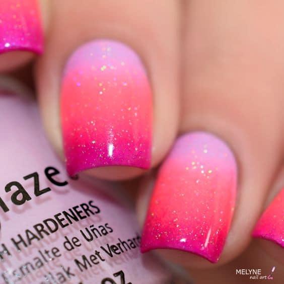 unhas degrade rosa com glitter