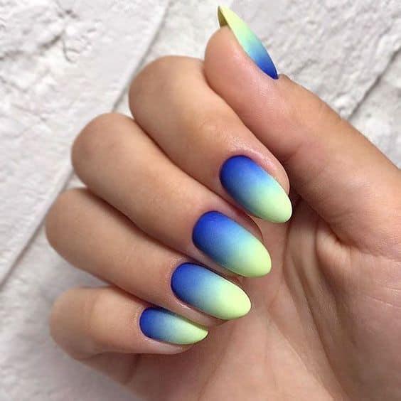unhas degrade em verde e azul