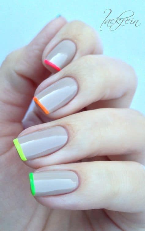 unhas com esmalte nude e francesinha neon
