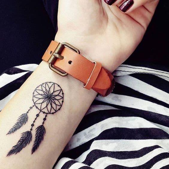 tatuagem filtro dos sonhos no pulso