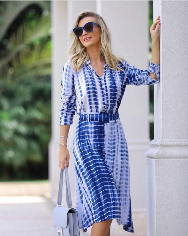 look tie dye azul com camisa e saia