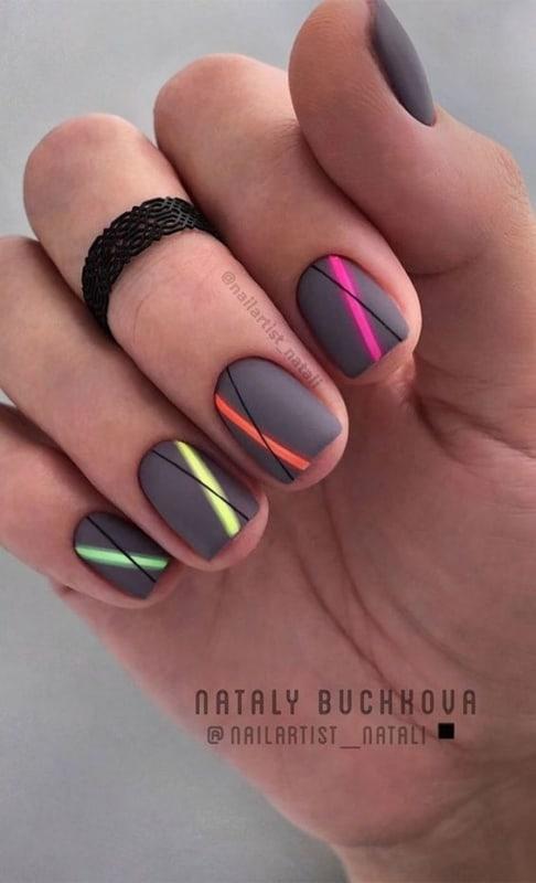unhas coloridas com esmalte fosco e decoracao neon