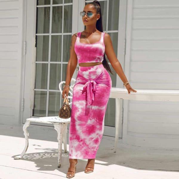 look com conjunto tie dye rosa com saia e cropped