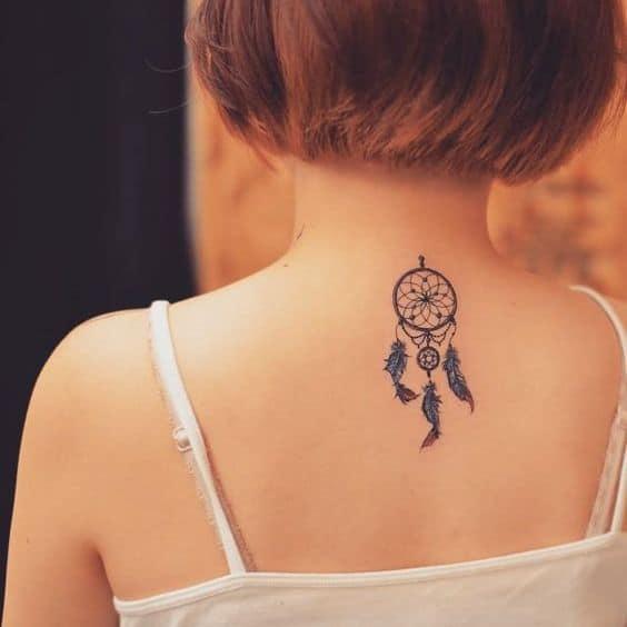 tatuagem feminina de filtro dos sonhos