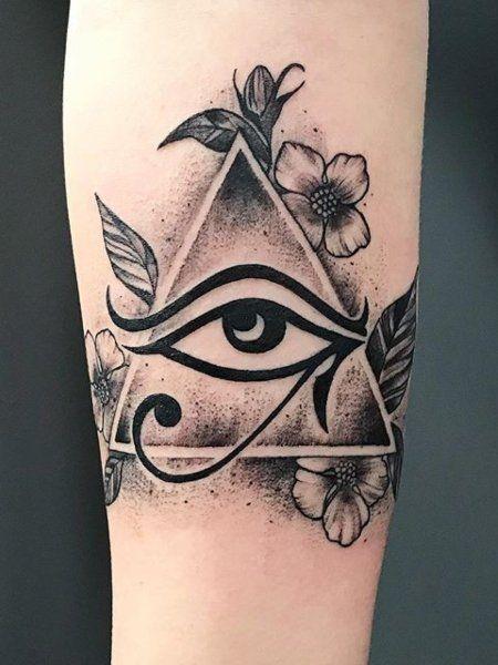 tattoo de olho de Horus com flores