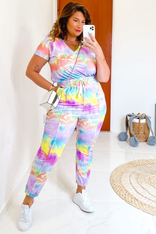 look plus size com calca tie dye jogger e camiseta