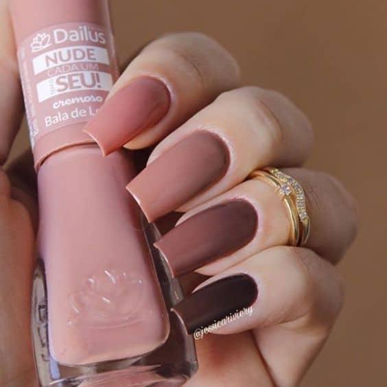 unhas uma de cada cor com tons de nude