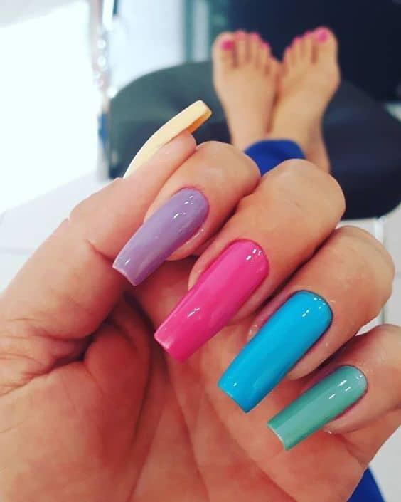 unhas longas cada uma de uma cor