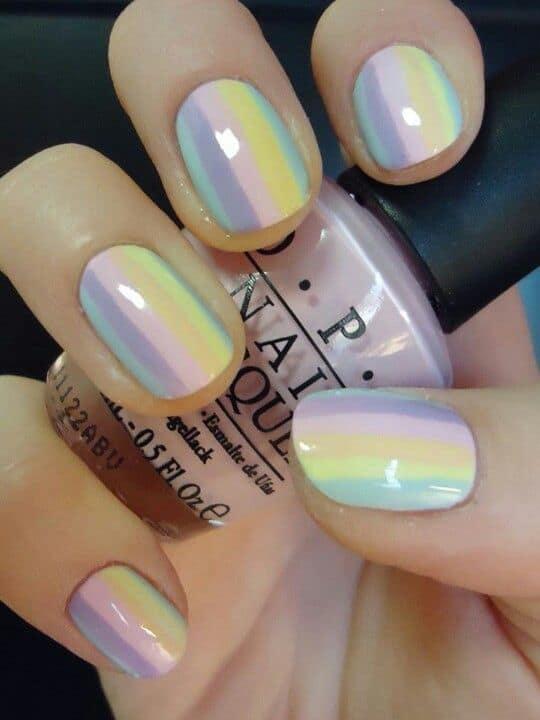 unhas com faixas coloridas em tons pasteis
