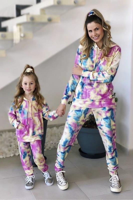 look mae e filha com conjunto de moletom tie dye