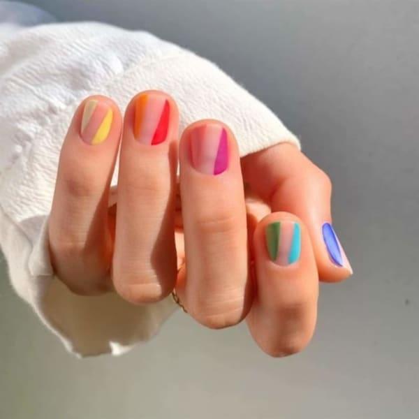 unhas curtas e coloridas decoradas com faixas