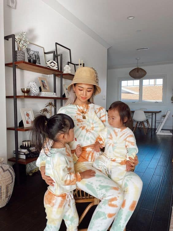 look mae e filhas com conjunto de moletom tie dye