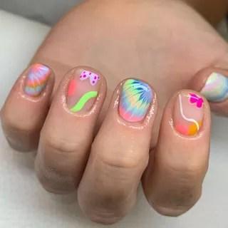 unhas curtas com nail art colorida