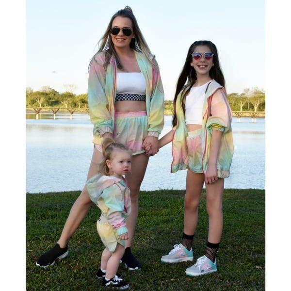 look mae e filhas com conjunto esportivo tie dye