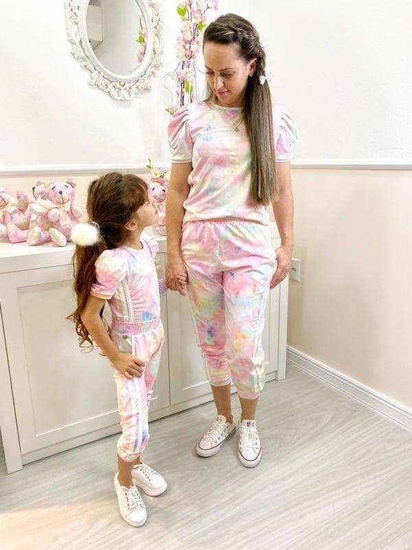 look combinando de mae e filha com conjunto tie dye