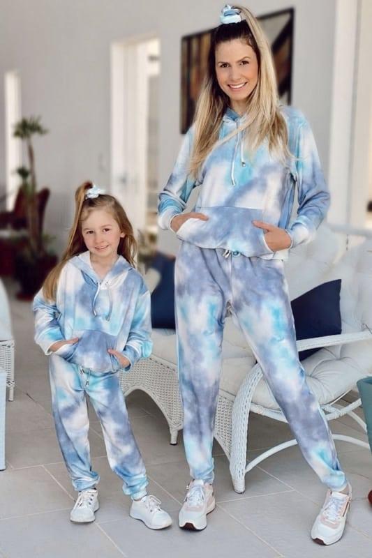 mae e filha com conjunto tie dye azul