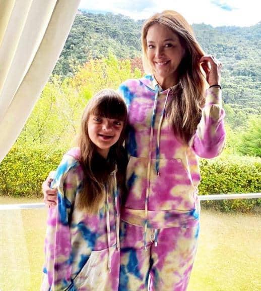 look famosa mae e filha com conjunto tie dye