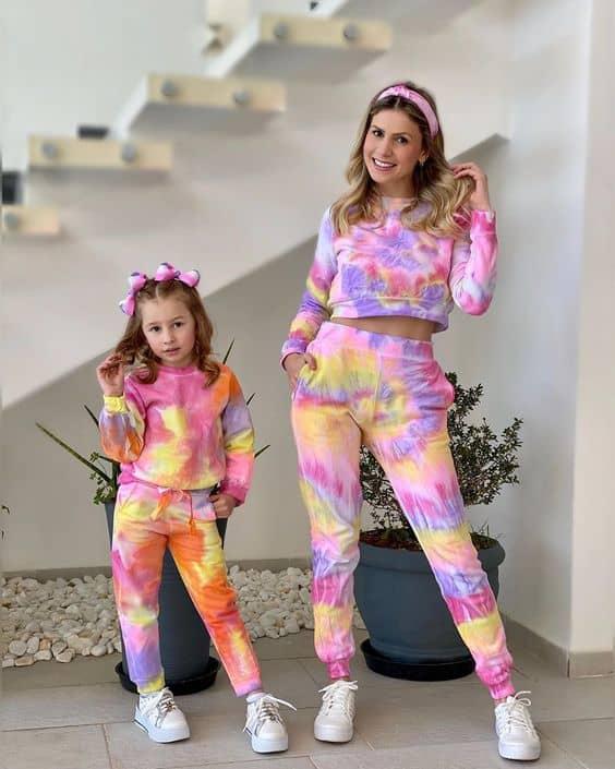 mae e filha com conjunto de inverno tie dye