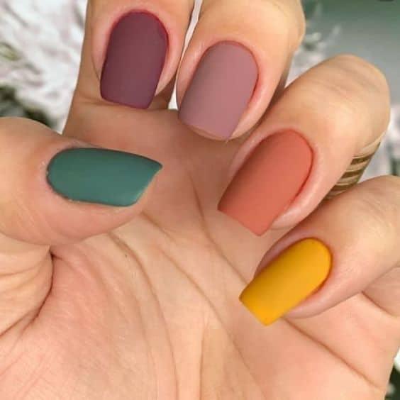 unhas coloridas com acabamento fosco