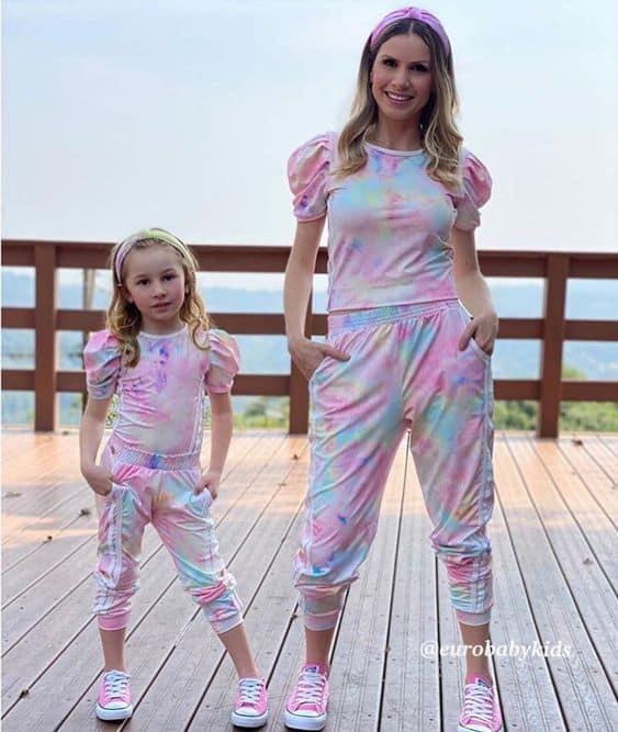 look tal mae tal filha com conjunto tie dye