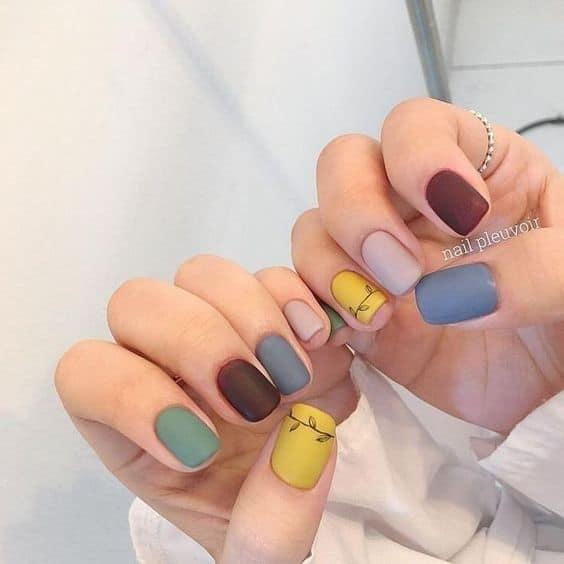 nail art colorida com esmalte fosco